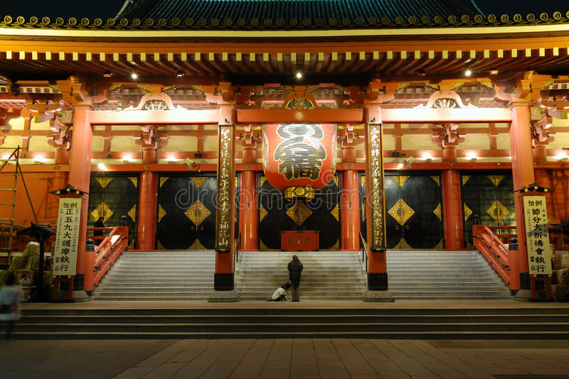 Templo de Asakusa por noche foto de archivo