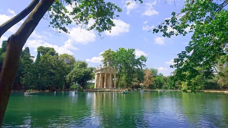 Templo de Asclepius Tempio di Esculapio en el lago en los jardines de Borghese del chalet, Roma, Italia fotografía de archivo