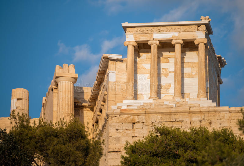 Templo de Athena Nike na acrópole de Atenas, Grécia fotos de stock