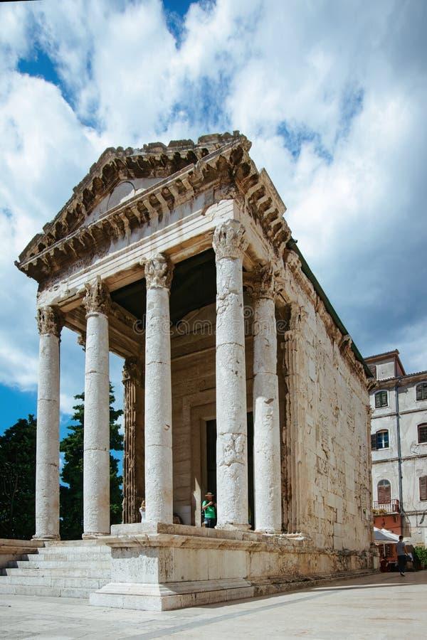 Templo de Augustus no quadrado do fórum, Pula, Croácia imagem de stock