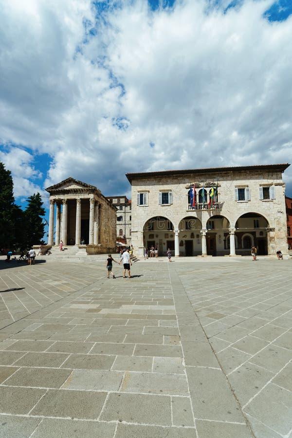 Templo de Augustus no quadrado do fórum, Pula, Croácia imagens de stock