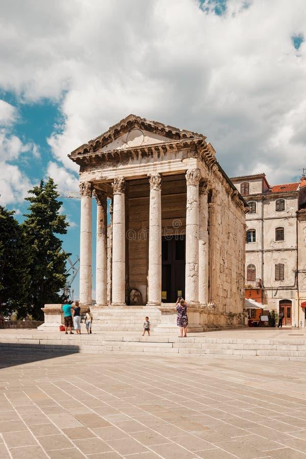 Templo de Augustus no quadrado do fórum fotografia de stock