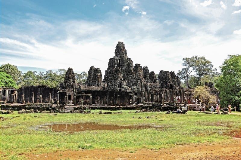 Templo de Bayon da visita dos turistas imagens de stock royalty free