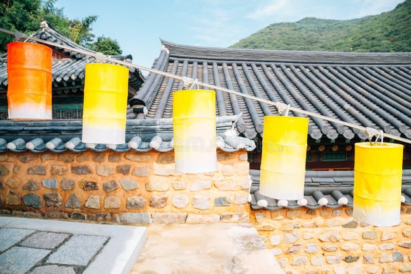 Templo de Beomeosa, arquitectura tradicional coreana y linternas coloridas en Busán, Corea imagen de archivo