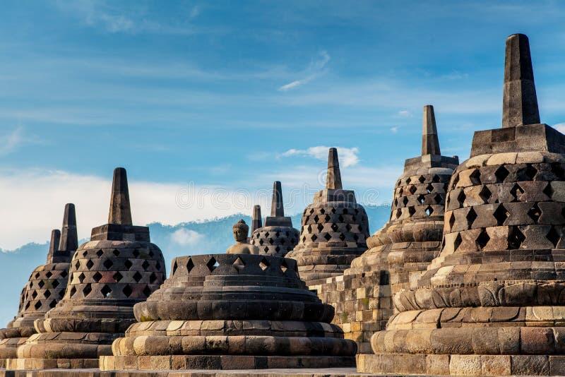 Templo de Borobudur Céu azul Yogyakarta, Java, foto de stock royalty free