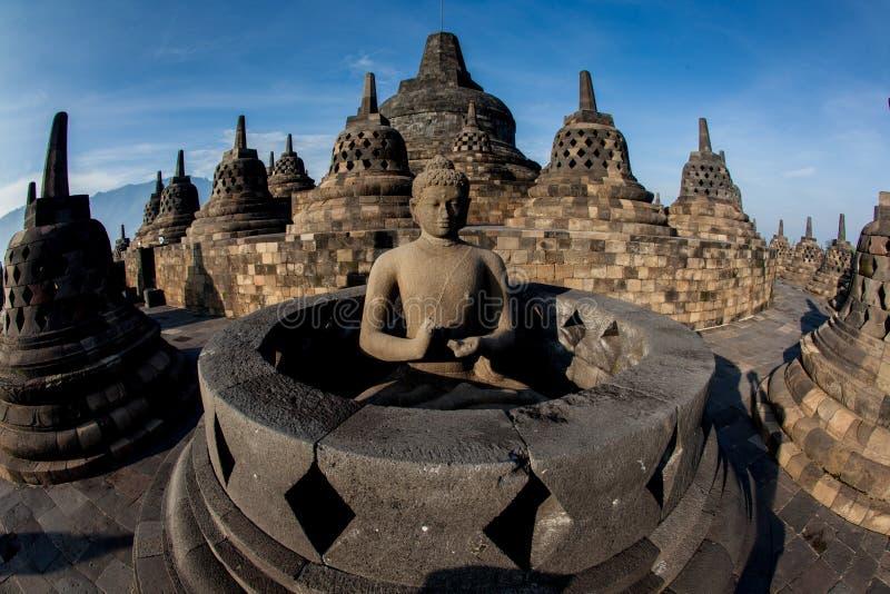 Templo de Borobudur Céu azul Yogyakarta, Java fotografia de stock royalty free