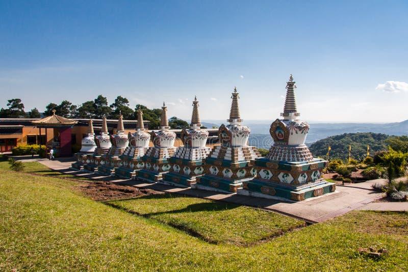 Templo de Budhist Stupas Khadro Ling imagens de stock