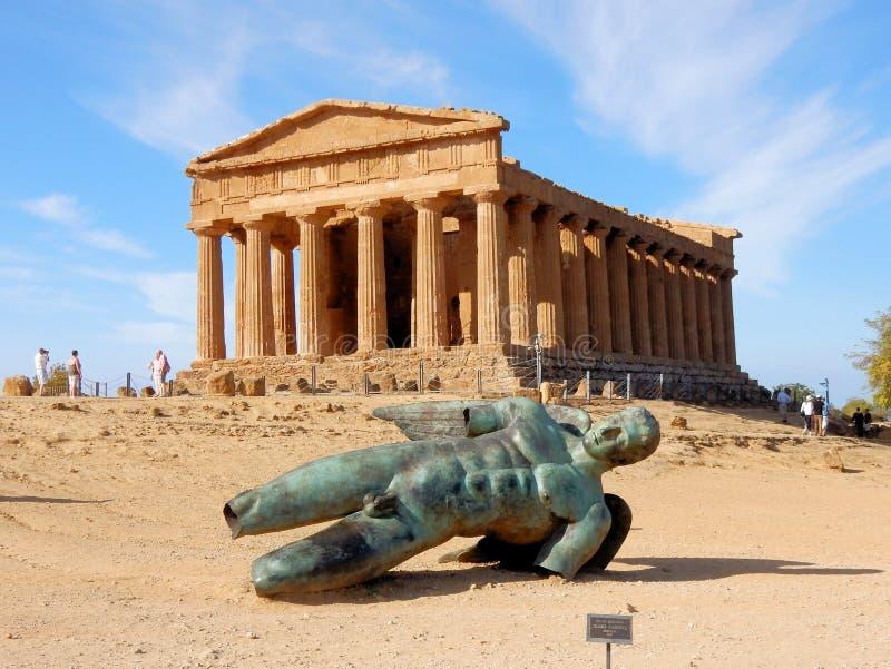 Templo de Concordia com a estátua de bronze de Ícaro - Agrigento - Sicília imagem de stock royalty free
