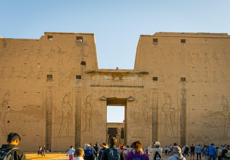 Templo de Edfu Dedicado ao deus Horus do falc?o Egypt fotografia de stock royalty free