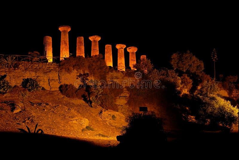 Templo de Ercole por noche fotos de archivo