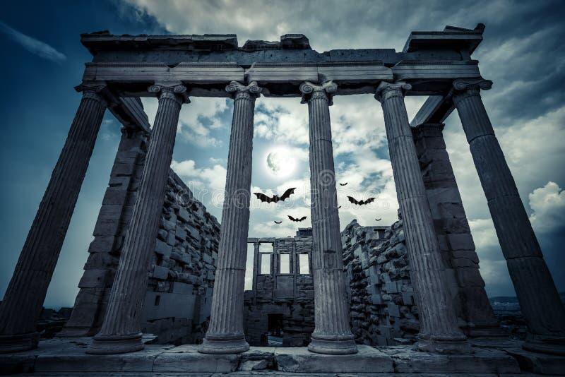Templo de Erechtheion en Halloween en la Luna Llena, Atenas, Grecia imagenes de archivo