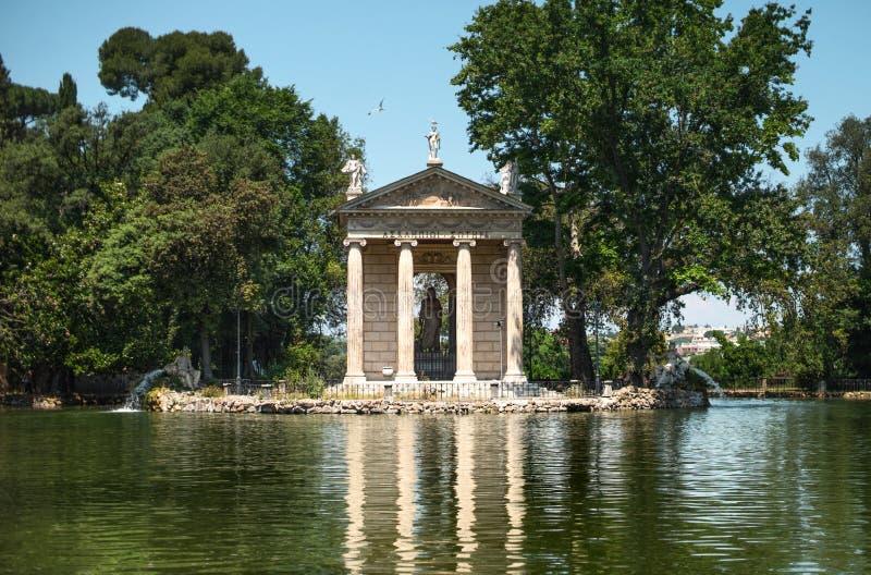 Templo de Esculapio no parque de Borghese da casa de campo, Roma, Itália imagens de stock royalty free