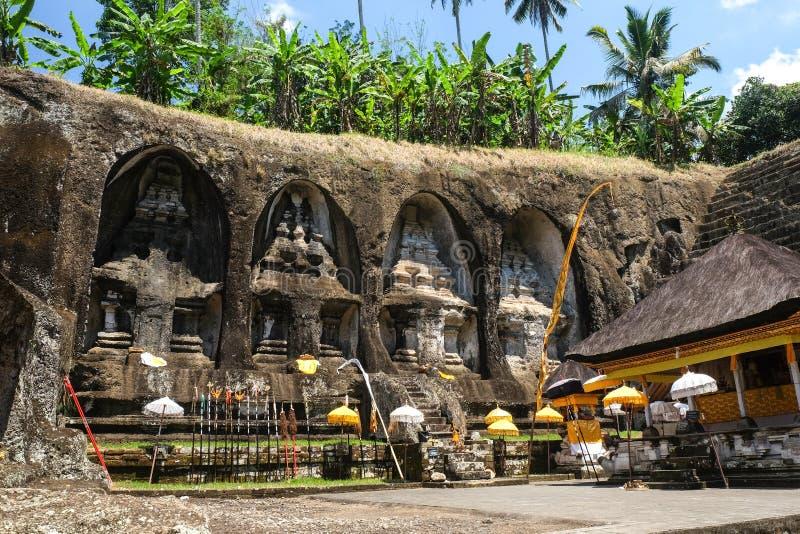 Templo de Ganung Kawi complexo do templo centrado em torno dos túmulos reais cinzelados nos penhascos de pedra no século XI bali fotos de stock royalty free