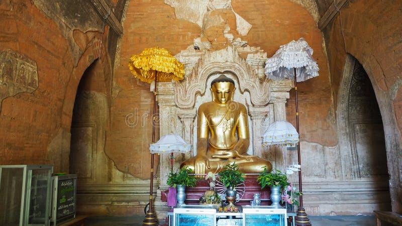 Templo de Gawdawpalin, estátua de A buddha no corredor do templo do século XI de Gawdawpalin em Bagan velho em Myanmar imagem de stock royalty free