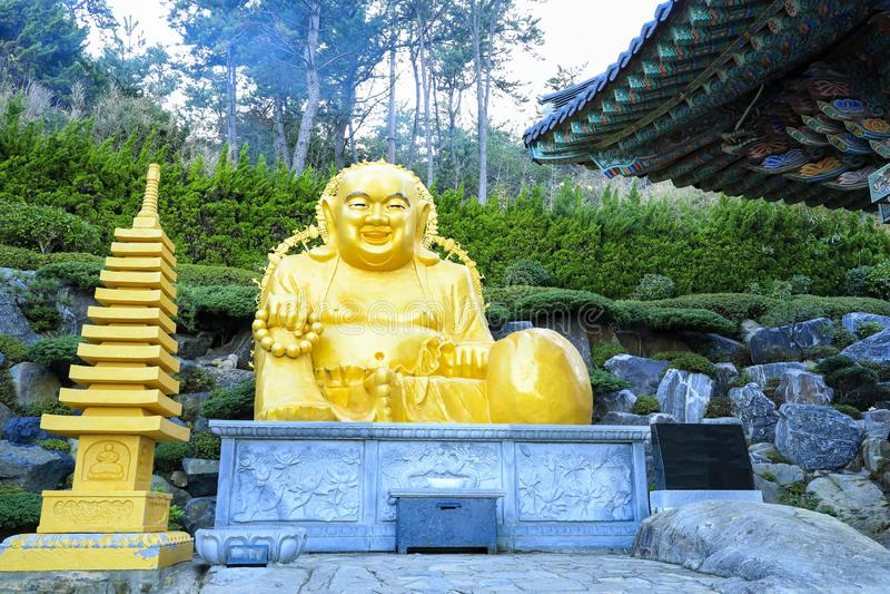 Templo de Haedong Yonggungsa em Busan, Coreia do Sul fotografia de stock