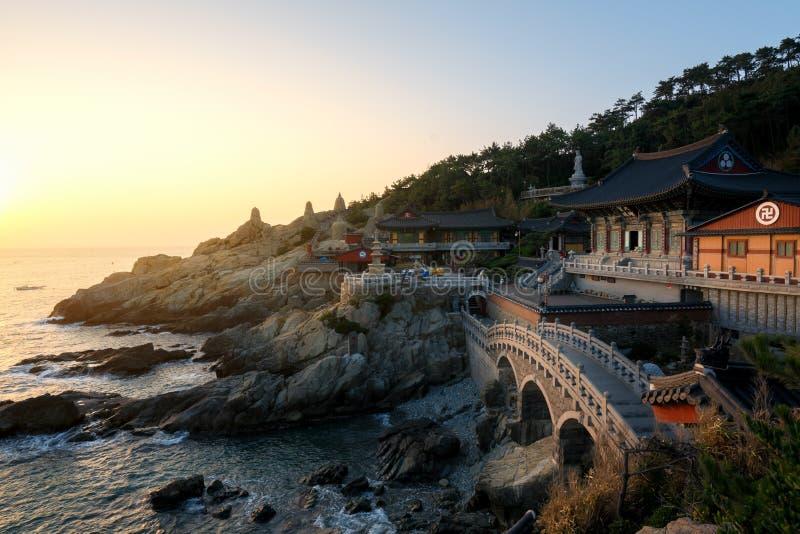 Templo de Haedong Yonggungsa na manhã em Busan, Coreia do Sul imagem de stock