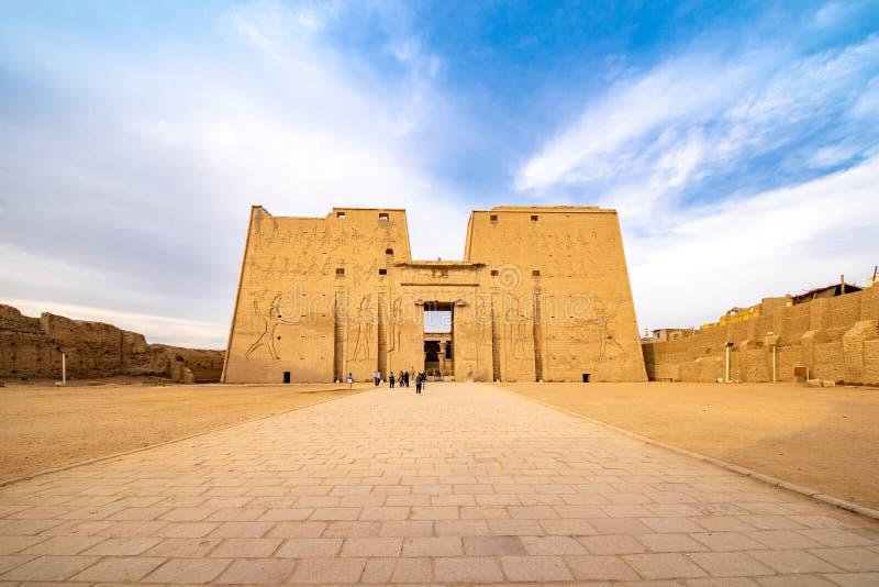 Templo de Horus Edfu/Idfu/Edfou en Egipto en luz de la puesta del sol imagen de archivo libre de regalías