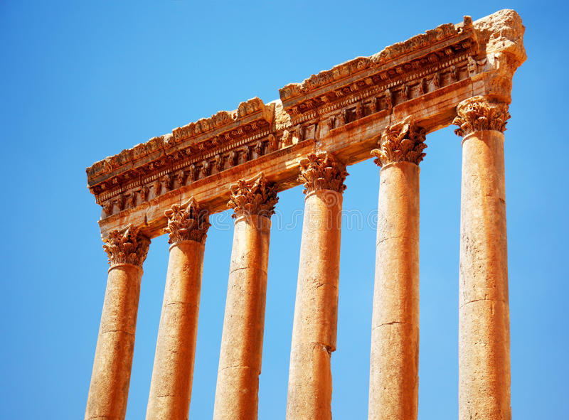 Templo de Júpiter sobre el cielo azul, Baalbek, Líbano fotos de archivo