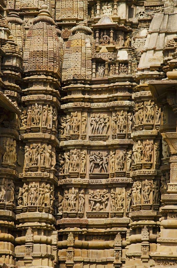 TEMPLO de KANDARIYA MAHADEV, parede sul - Mandapa e santuário - esculturas eróticas, grupo ocidental, Khajuraho, Madhya Pradesh,  imagens de stock