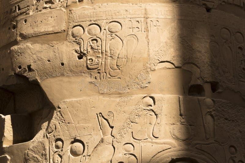 Templo de Karnak, complejo de Amun-Re Jeroglíficos marcados en columnas fotografía de archivo