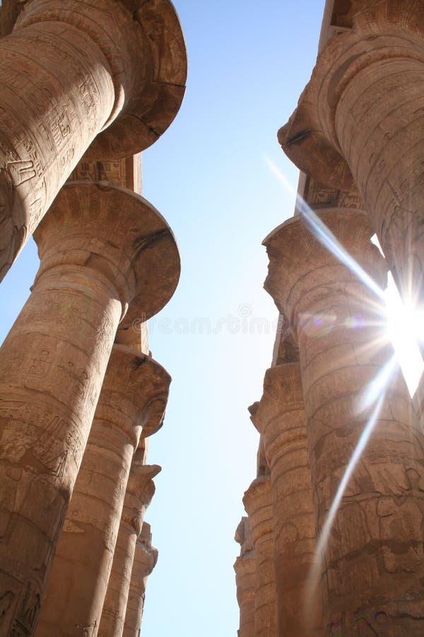 Templo de Karnak - Sun que brilla sin embargo las columnas del pilar [EL-Karnak, cerca de Luxor, de Egipto, estados árabes, África fotos de archivo libres de regalías