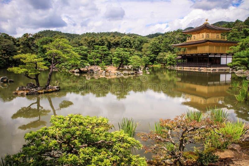 Templo de Kinkaku-ji, literalmente templo do ` dourado do pavilhão, kyoto do `, Kansai, Japão foto de stock