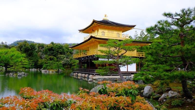 Templo de Kinkakuchi - el templo de oro imagen de archivo libre de regalías