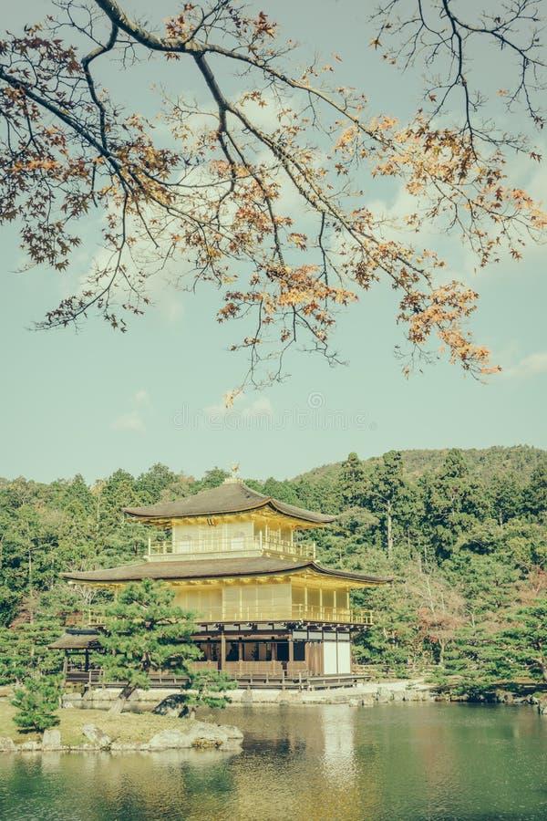 Templo de Kinkakuji el pabellón de oro en Kyoto, Japón (filtro fotos de archivo