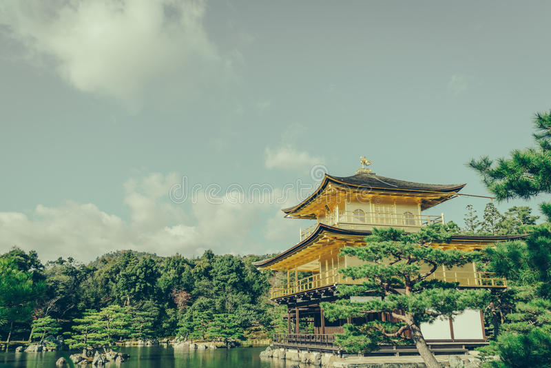 Templo de Kinkakuji el pabellón de oro en Kyoto, Japón (filtro foto de archivo