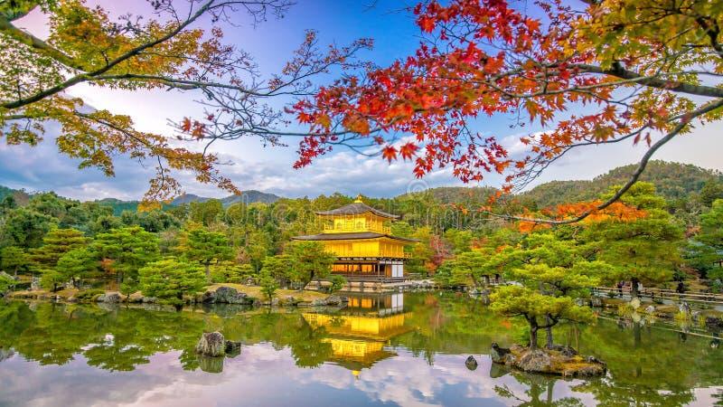 Templo de Kinkakuji en Kyoto, Japón en otoño foto de archivo libre de regalías