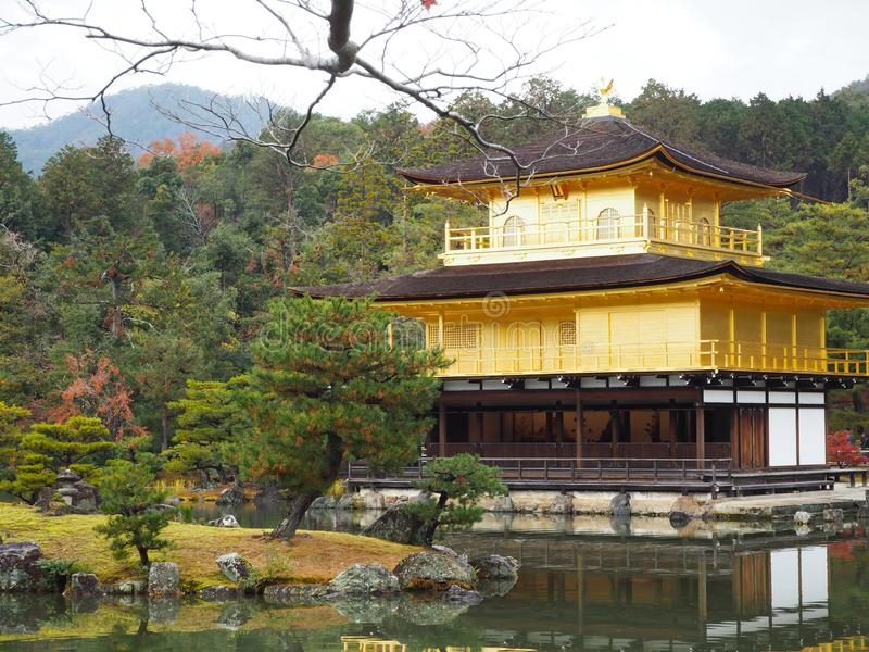 Templo de Kinkakuji, Japan& x27; el destino turístico famoso de s, es hermoso y pacífico imagen de archivo libre de regalías