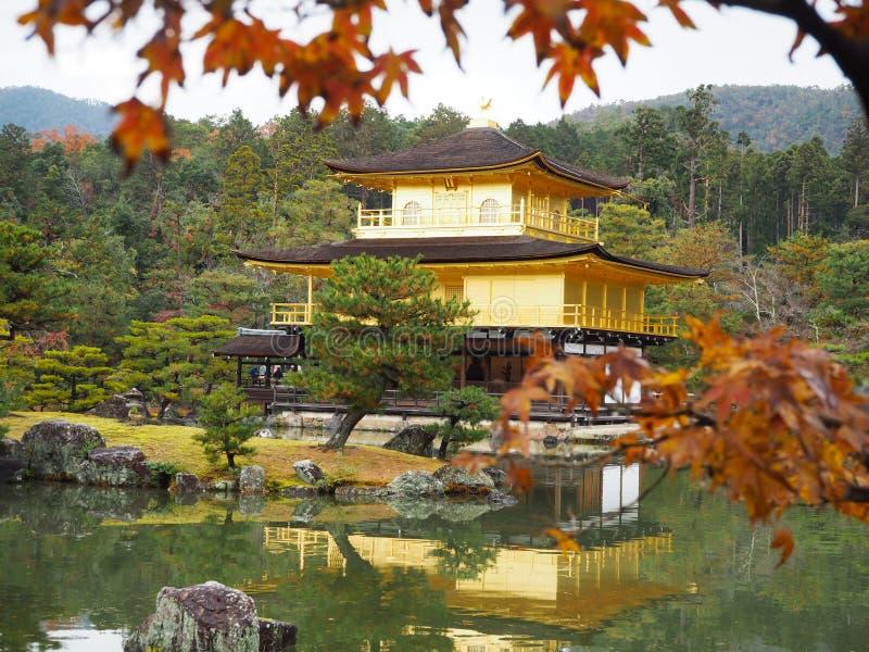 Templo de Kinkakuji, Japan& x27; el destino turístico famoso de s, es hermoso y pacífico foto de archivo libre de regalías