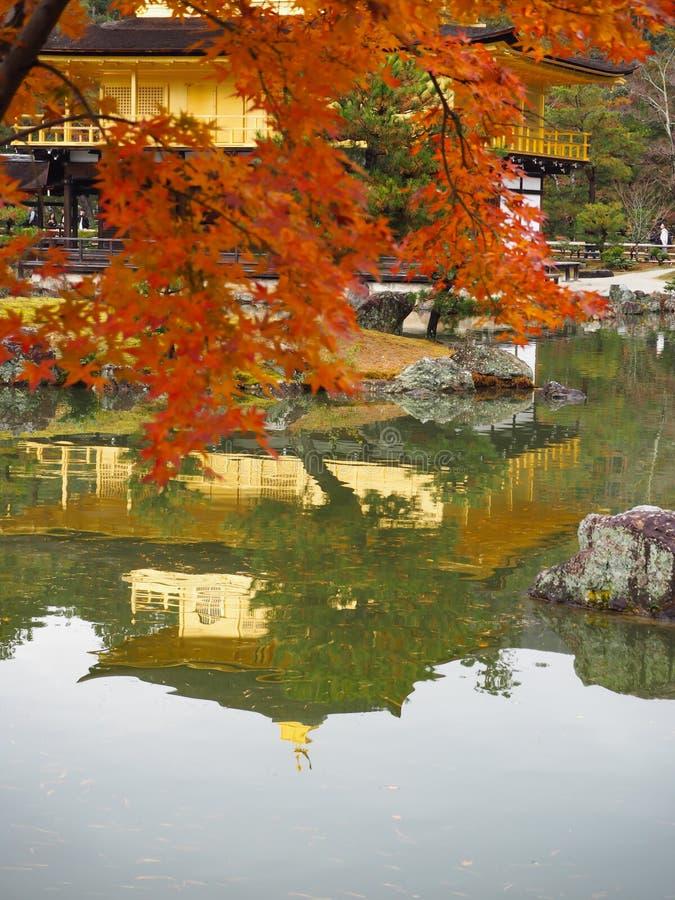 Templo de Kinkakuji, Japan& x27; el destino turístico famoso de s, es hermoso y pacífico fotografía de archivo libre de regalías