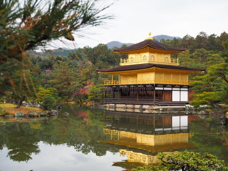 Templo de Kinkakuji, Japan& x27; el destino turístico famoso de s, es hermoso y pacífico fotos de archivo