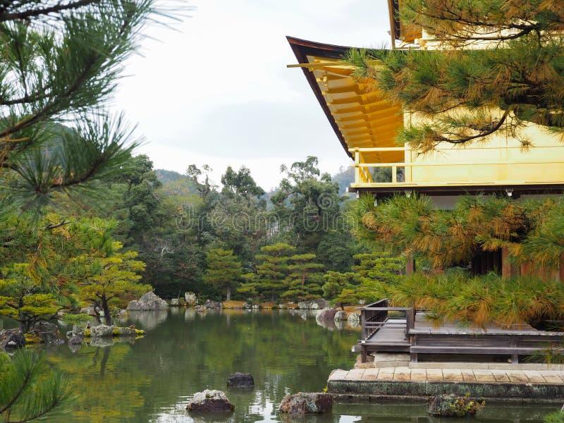 Templo de Kinkakuji, Japan& x27; el destino turístico famoso de s, es hermoso y pacífico fotografía de archivo