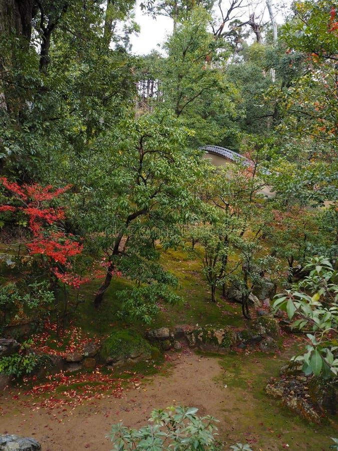 Templo de Kinkakuji, Japan& x27; el destino turístico famoso de s, es hermoso y pacífico imágenes de archivo libres de regalías