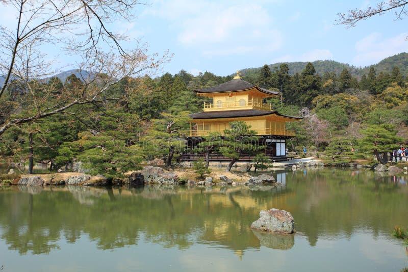 Templo de Kinkakuji ou Pavillion dourado em Kyoto fotos de stock royalty free
