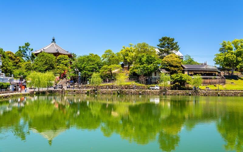 Templo de Kofuku-ji sobre la charca de Sarusawa-ike en Nara foto de archivo libre de regalías