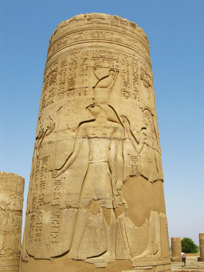 Templo de Kom Ombo, Egipto: columna con alivio de dios de Horus fotografía de archivo