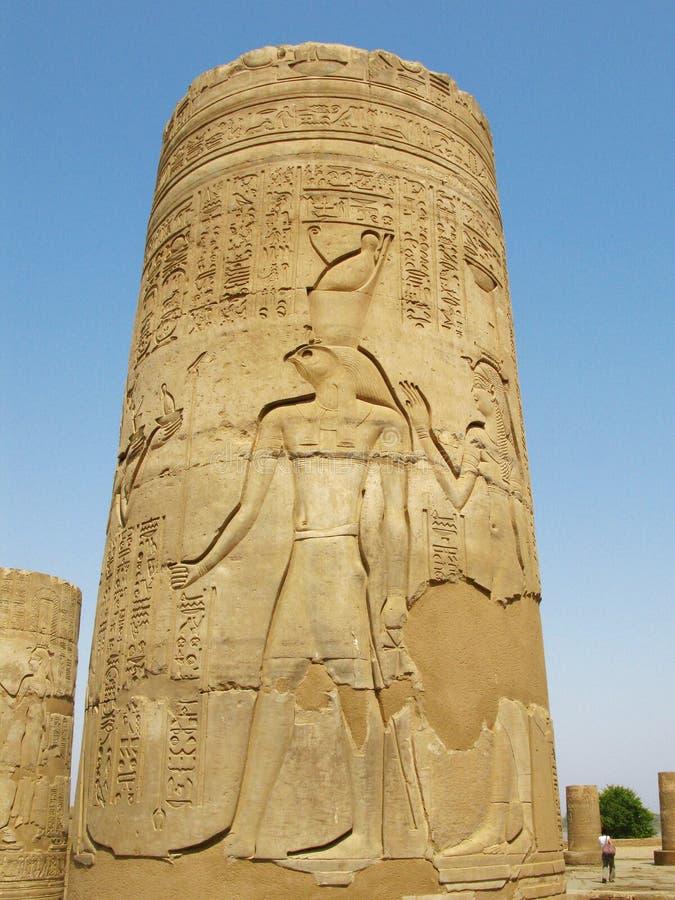 Templo de Kom Ombo, Egito: coluna com relevo do deus de Horus fotografia de stock