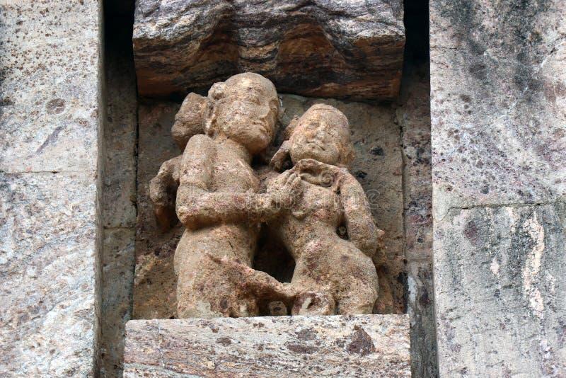 Templo de Konark Sun en Odisha, la India Erotismo y origen del kamasutra en escultura india Escultura er?tica del templo de Konar fotografía de archivo