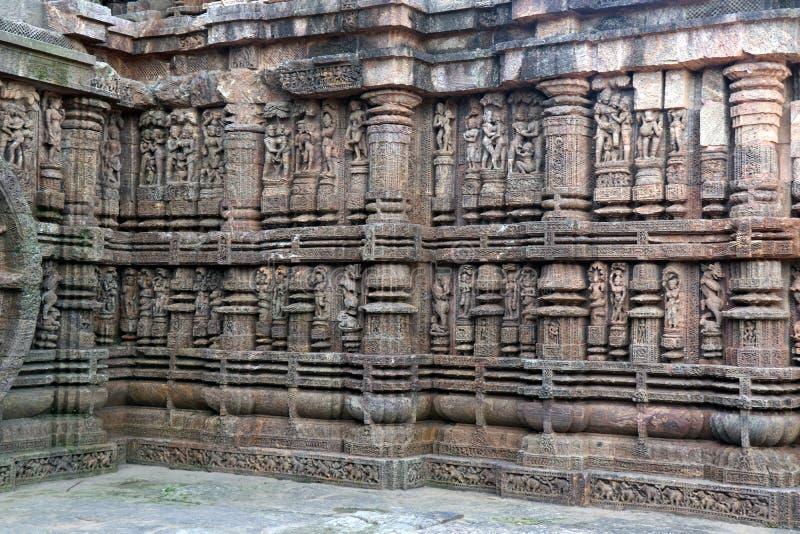Templo de Konark Sun en Odisha, la India Erotismo y origen del kamasutra en escultura india Escultura er?tica del templo de Konar imagen de archivo
