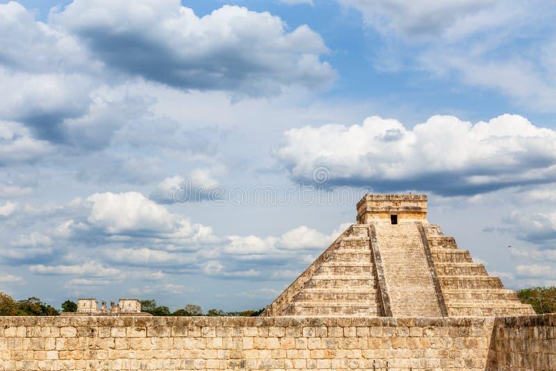 Templo de Kukulcan o la pared en primero plano, el centro del castillo y de piedra del sitio arqueológico del maya de Chichen Itz imagenes de archivo