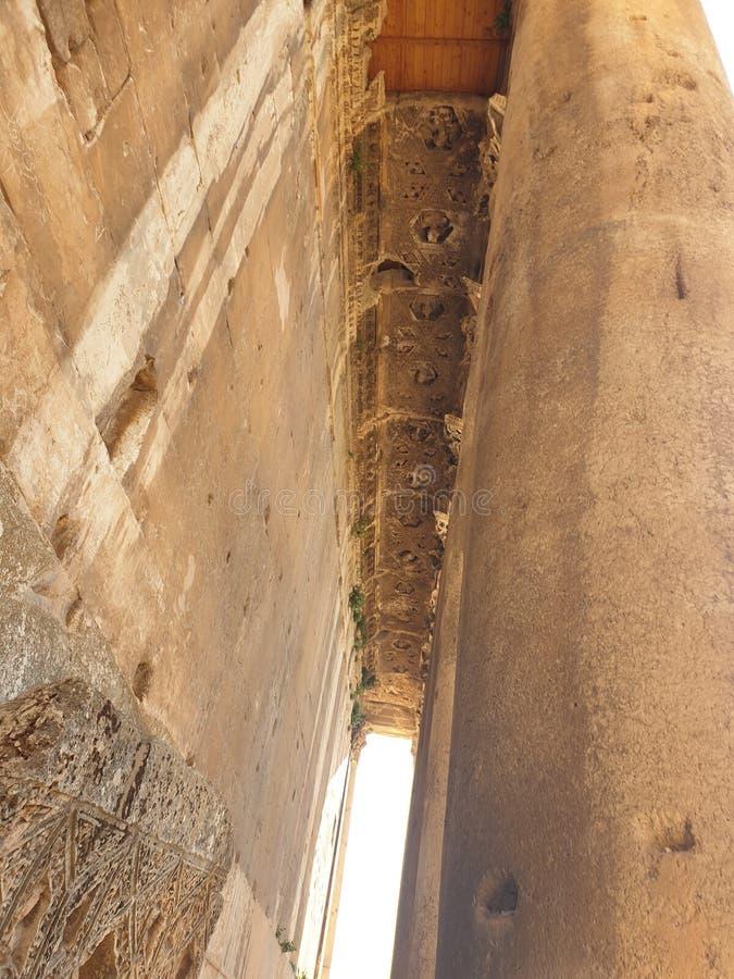 Templo de Líbano Baalbek do dia ensolarado do upview da coluna do bacchus fotografia de stock
