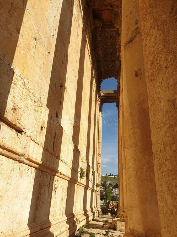 Templo de L?bano Baalbek do bacchus Ruine completo fora do dia ensolarado fotografia de stock royalty free