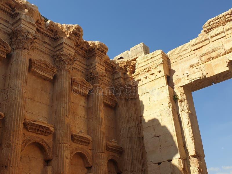 Templo de L?bano Baalbek do bacchus Ruine completo fora do dia ensolarado fotos de stock royalty free