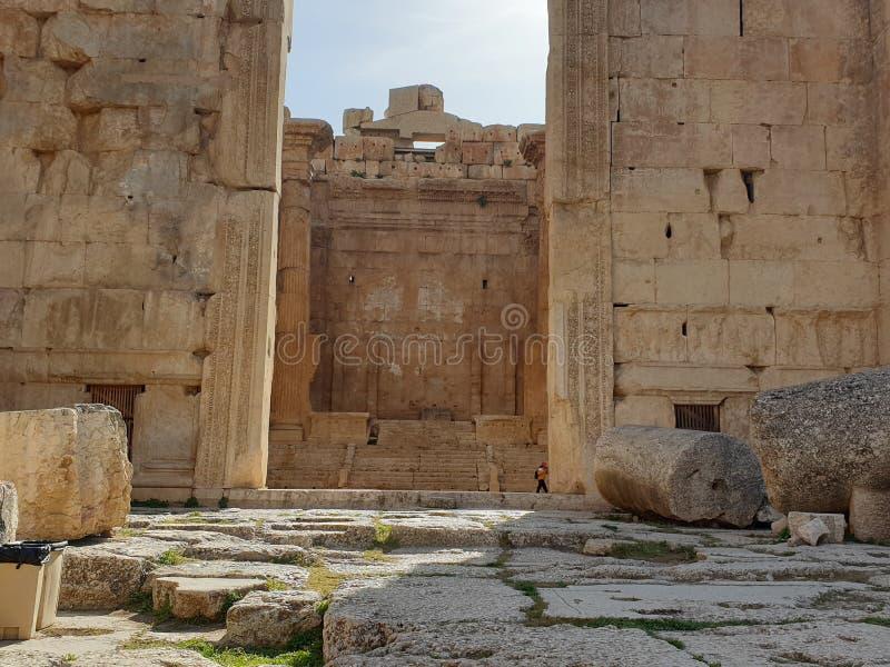 Templo de L?bano Baalbek do bacchus Ruine completo fora do dia ensolarado fotografia de stock
