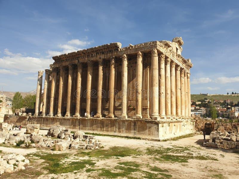 Templo de L?bano Baalbek do bacchus Ruine completo fora do dia ensolarado imagem de stock