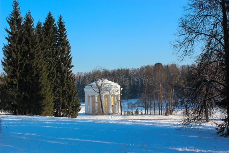Templo de la amistad en el parque de Pavlovsky en invierno. imagenes de archivo