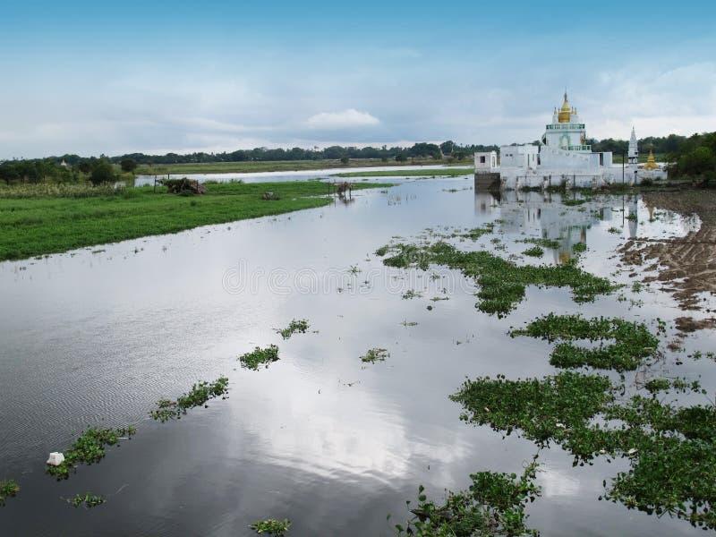 Templo de la iglesia al lado del puente más largo de madera de U Bein de Amarapura, Myanmar foto de archivo
